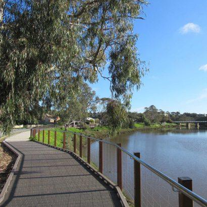 Riverbank walking loop around town of Old Noarlunga